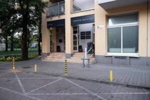 Dostępne bezpłatne miejsca parkingowe przed lokalem